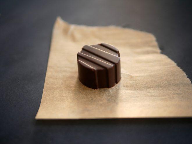 איך לטמפרר שוקולד (ולהכין פרלינים)
