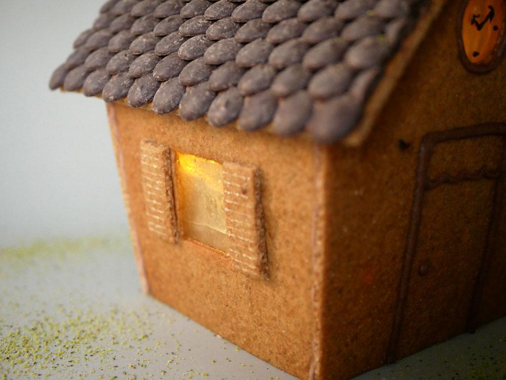 אור בתוך בית ג'ינג'רברד